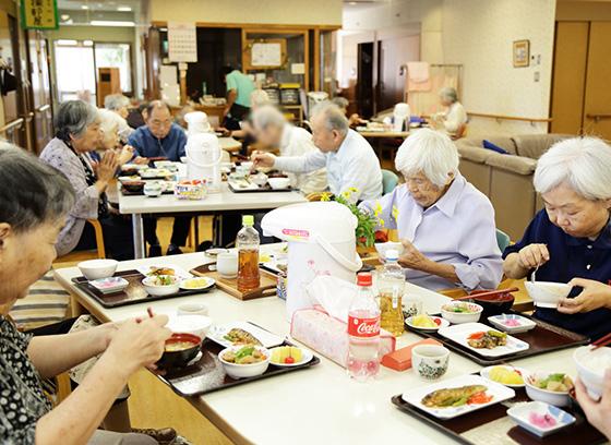 食事は各テーブルで皆で食べます